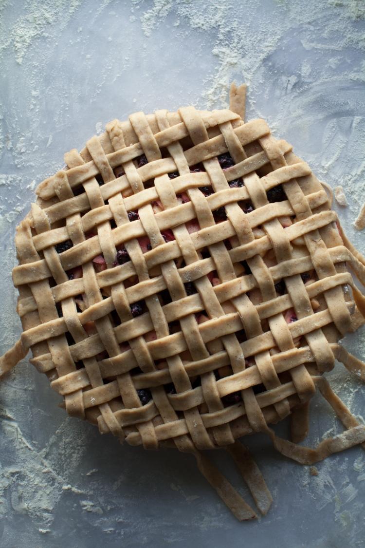 caramel-apple-blackberry-pie