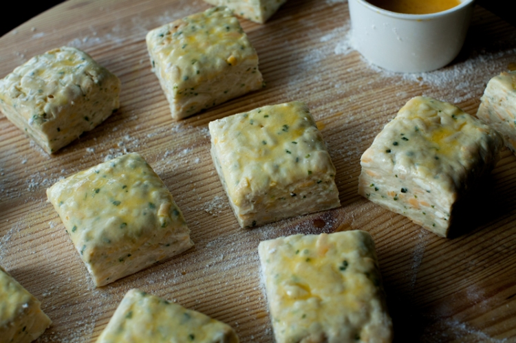 _fontina-chive-biscuits-